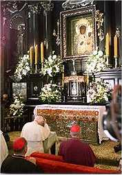 Jan Paweł II przed Cudownym Obrazem w 1999 r.